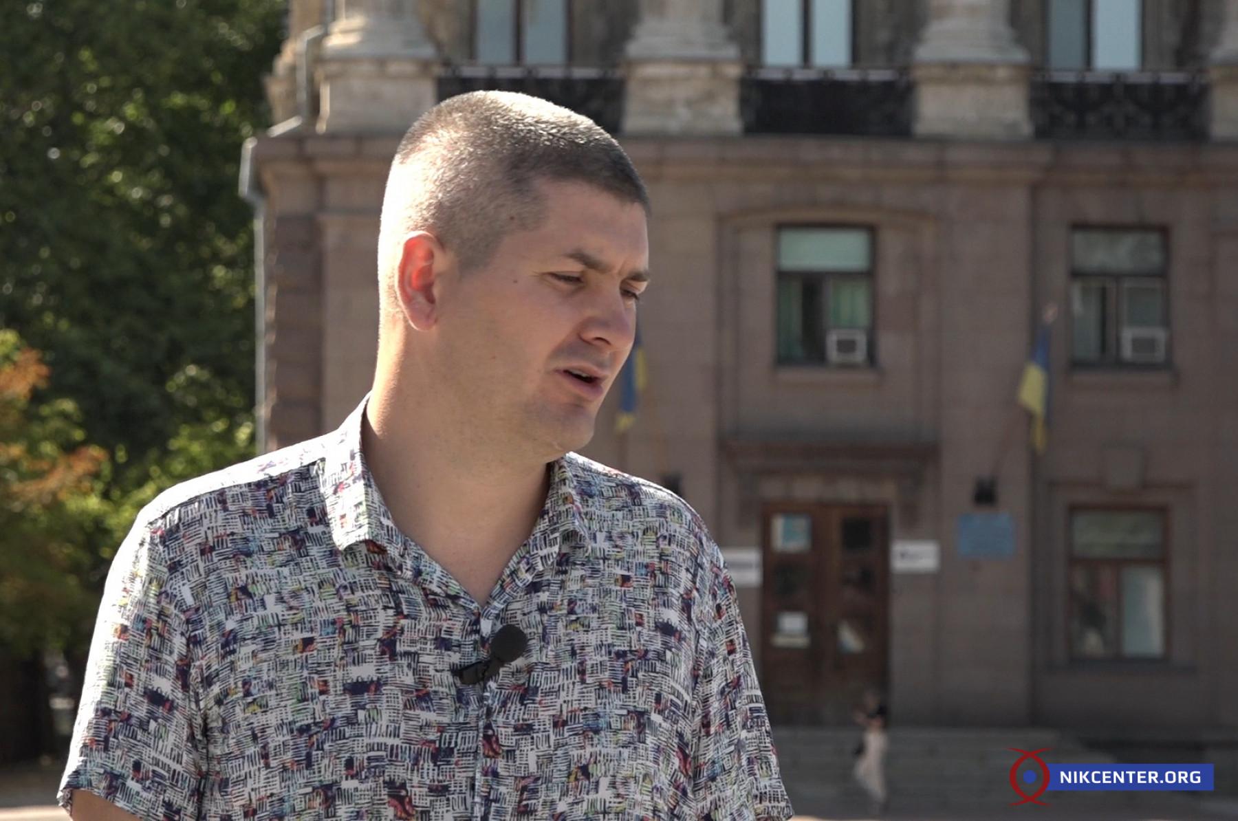 """Виталий Матвеев провел Центру экскурсию во время которой показал примеры несоответствия работы по укладке """"бюджетной"""" плитки строительным нормам и стандартам"""