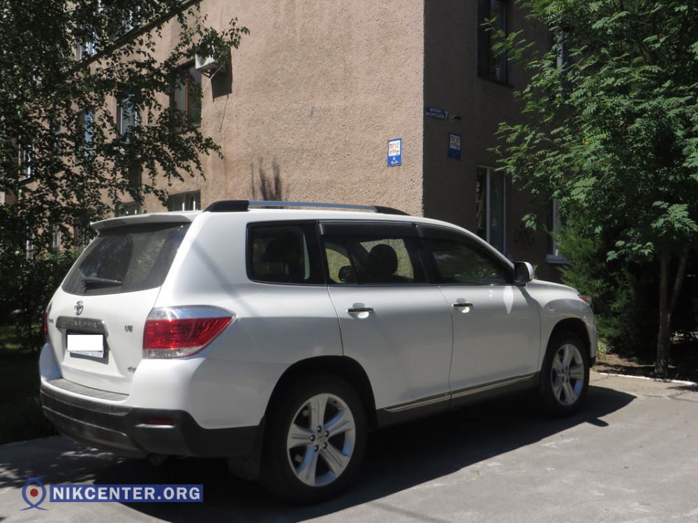 Toyota Highlander, припаркованная главврачом Евгением Волоховым возле женской консультации № 1 первого роддома