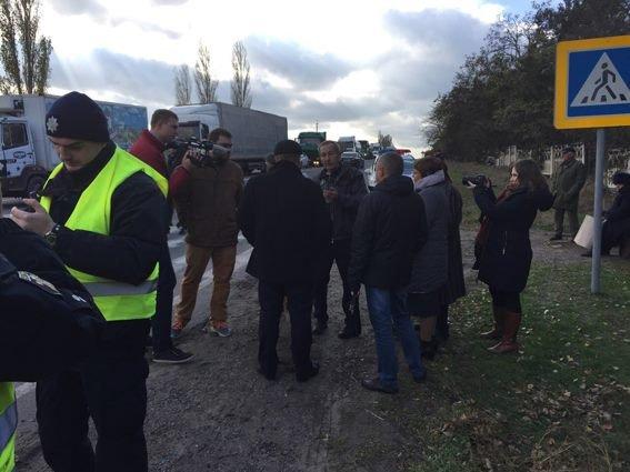 ВНиколаевской области граждане перекрыли одесскую дорогу из-за отсутствия света