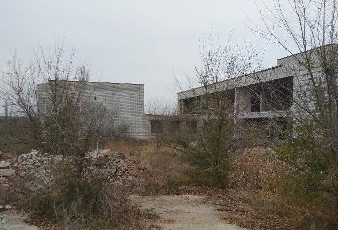 Комплекс состоит из нескольких зданий, уровень строительной готовности составляет 50-70%