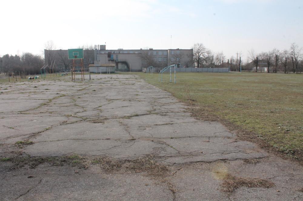 Это школа в селе Прибугское. Здесь ФЛП Михаил Бучко должен установить спортивную площадку. Несмотря на то, что 1,5 млн. грн. Галицыновская ОТО уже перечислила, работы ещё не начинались