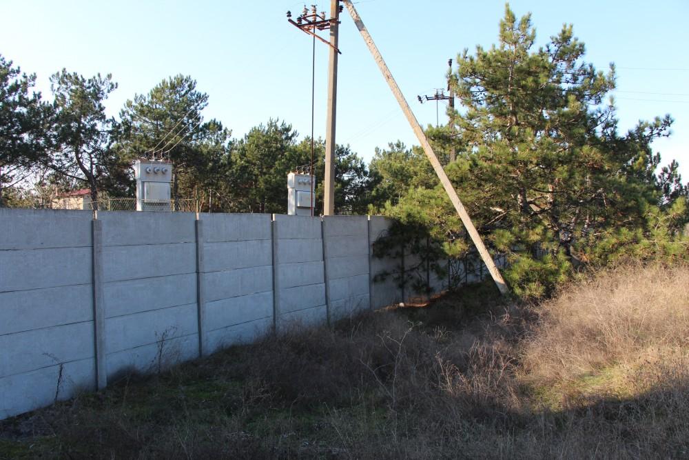 Доступ к части лесного фонда запрещен - территория кемпинга ограждена высоким забором