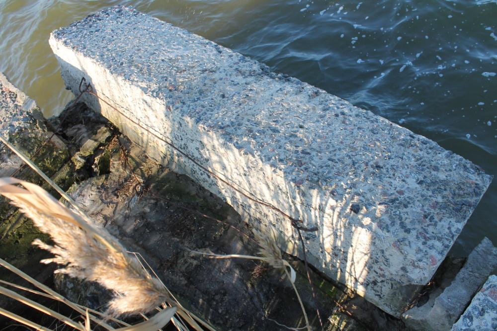Ещё немного и этот блок свалится в воду