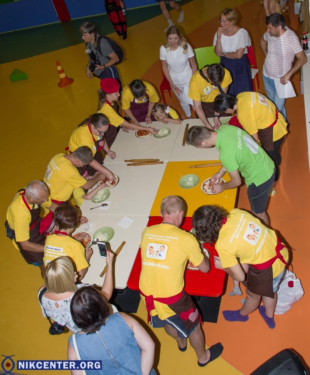 """В Херсоне 15 детей с """"солнечными"""" детьми готовили пиццы и придумывали свой герб"""