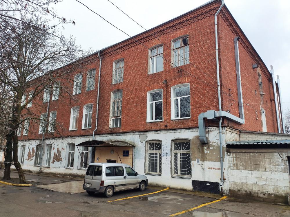 Дмитрий Макс арендует в Бюро СМЭ два помещения - 30,7 кв м и 5,35 кв м. Несмотря на то, что аренда большего закончилась, он продолжает его использовать