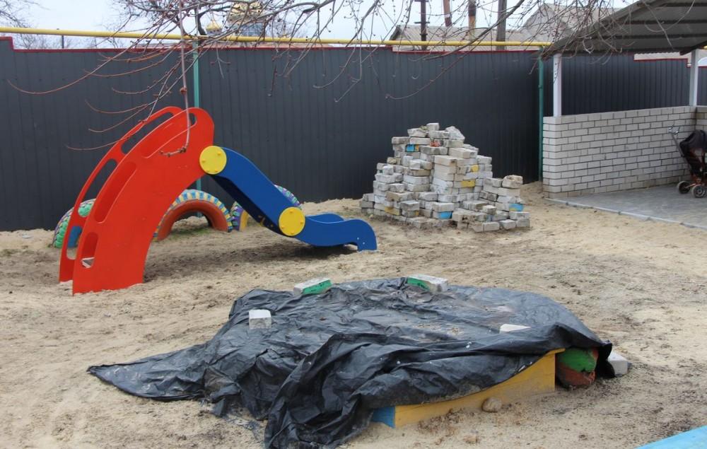 """После """"ремонта"""" подрядчик бросил стройматериалы прямо на детской площадке"""
