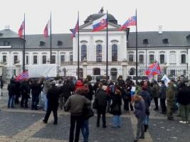 В Братиславе митингующие встретили Порошенко со свистом и криками