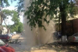 В центре Одессы мощный поток канализационной воды пробил асфальт