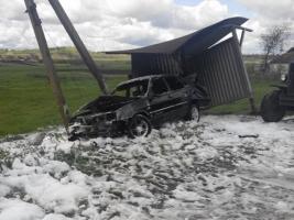 В Николаевской области легковушка врезалась в столб и загорелась