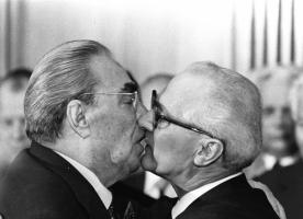 Самые скандальные поцелуи XX века