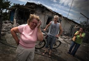 Жители Луганска готовят пищу на кострах и берут воду из труб подвалов
