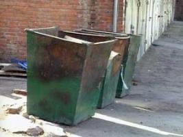 Одесского судью кинули в мусорный бак и посыпали порошком