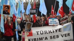 В Турции крымские татары провели акцию протеста у посольства России