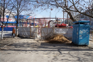 «Развитие» по-николаевски: на оживленном тротуаре строят очередную будку