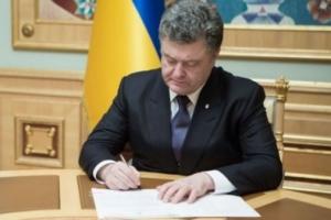 По случаю Дня Конституции Порошенко вручил 7 николаевцам награды