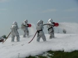 Военные гэсээмщики учились тушить пожар цистерны, которую подожгли диверсанты