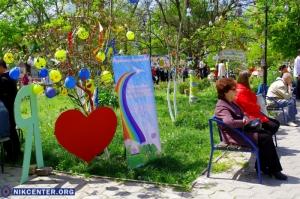 В Чистый четверг на херсонских деревьях «расцвели» писанки. ФОТОРЕПОРТАЖ