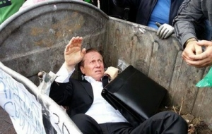 Под зданием Рады депутата Виталия Журавского поймали и запихнули в мусорный бак активисты Правого сектора