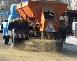 Сегодня утром на дороги Херсона высыпали 110 тонн песка и соли