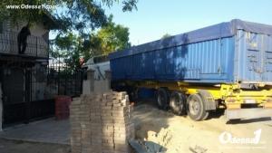 Под Одессой грузовик врезался в частный дом