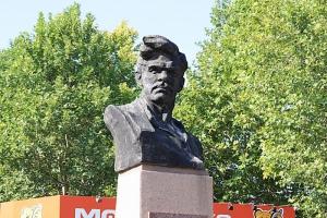 В Николаеве демонтировали памятник большевику Чигрину