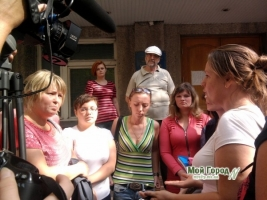 «Парней хотят отправить в Мариуполь» - около 30 родственниц николаевских бойцов пикетировали ОГА