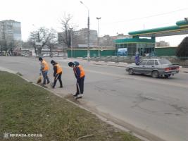 В Корабельном районе Николаева чистят от песка магистральные дороги