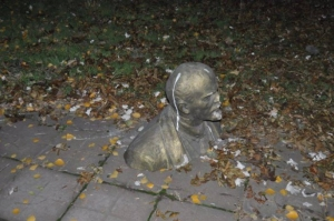 В Харькове за ночь снесли сразу два памятника Ленину