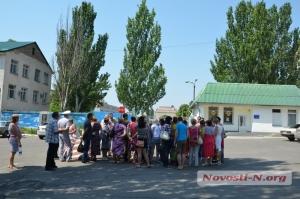 Матери и жены николаевских десантников устроили пикет под КПП 79-й бригады, после чего решили отправиться в зону АТО