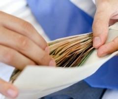 Большая часть украинцев получает зарплату ниже средней по стране