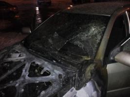 Николаевские спасатели тушили автомобиль, припаркованный рядом с жилым домом