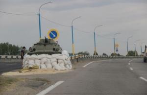 Блок-пост на Антоновском мосту в Херсоне укрепили бронетехникой
