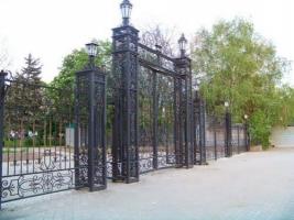 В Николаеве демонтируют памятник Петровскому