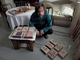 Николаевский художник создает картины на гигантских спичечных коробках