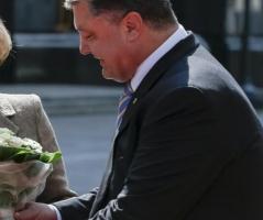 В честь 8 марта Порошенко наградил больше сотни женщин