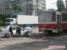 В Николаеве автомобиль протаранил трамвай