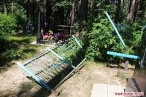 В Николаеве воры пытались вынести из территории кладбища металлические изделия