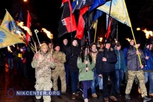 В Херсоне прошли митинг и факельное шествие памяти героев Крут