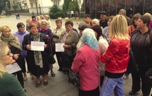 «Наших парней забрали абсолютно неподготовленными» - матери и жены бойцов АТО пикетируют Администрацию президента