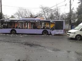 В Донецке обстреляли троллейбус и остановку, есть погибшие