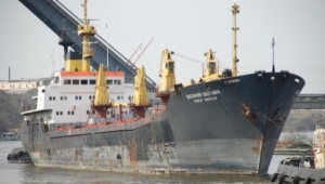 В Николаеве затонувший корабль продолжает загрязнять нефтью акваторию реки