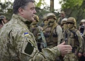 Порошенко прибыл с визитом в Харьковскую область, где передал военным 100 единиц военной техники