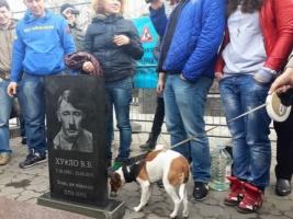 В Киеве перед посольством России активисты установили надгробную плиту Путину