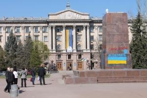Николаевские коммунальщики очистили сквер Ольшанцев от наследия сепаратистов