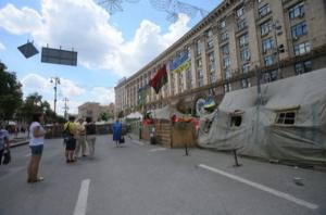 Правоохранителям удалось убедить активистов Самообороны и «Правого сектора» освободить часть зданий в центре столицы
