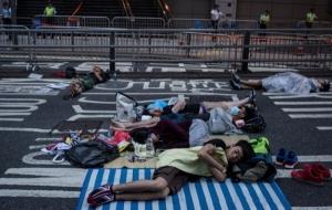 Массовые протесты в Гонконге все больше напоминают киевский Майдан: ночуют в палатках, возводят баррикады
