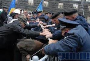 Яценюк уговаривает спецназовцев не штурмовать Майдан