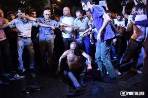 В Ереване массовые протесты: мужчина облил себя бензином и поджег
