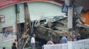 В Луганске БМП террористов врезалась в кафе, есть погибшие