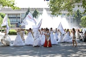 По главной улице с невестой: в Николаеве прошел парад невест
